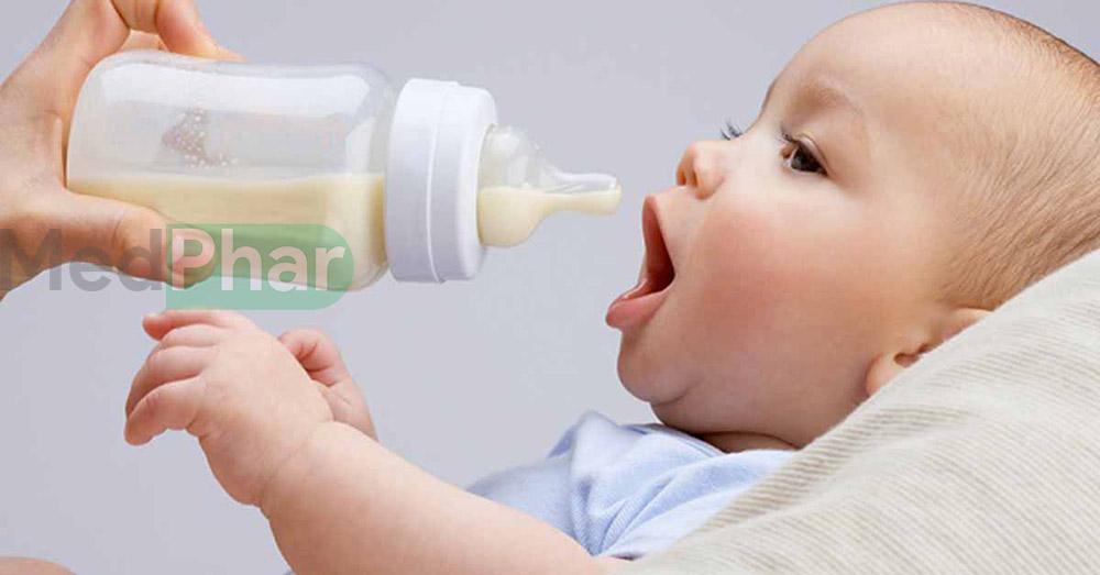 Sữa pha xong, mẹ nên cho bé uống ngay trong vòng 1 giờ